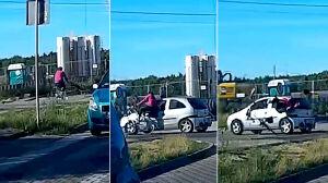 Rowerzystka odbiła się od auta. Wypadek nagrała kamera