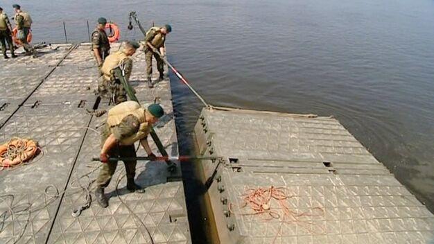 Pomógł w Płocku, odciążyłby Warszawę? Pytamy o most pontonowy