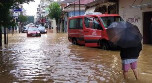 Skutki przejścia medikanu Ianos w mieście Karditsa (PAP/EPA/YANNIS PAPAGEORGIOU)