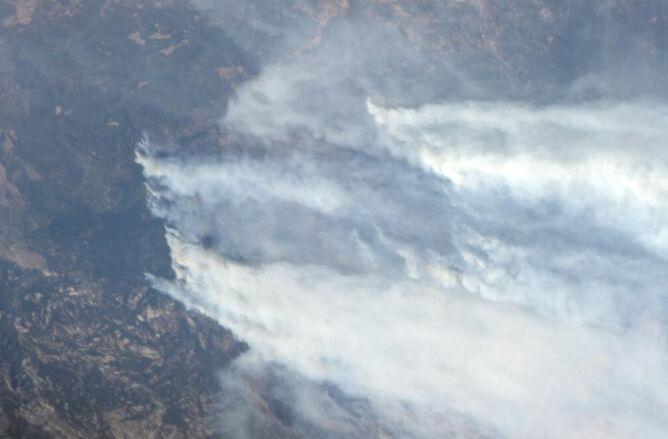 Potężna chmura dymu z pożaru Rim Fire sfotografowana z pokładu Międzynarodowej Stacji Kosmicznej przez astronautę Lucę Parmitano